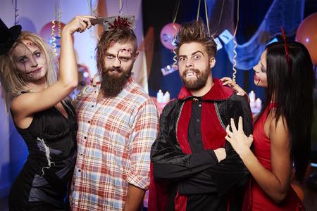 Dos pares en la fiesta de Halloween