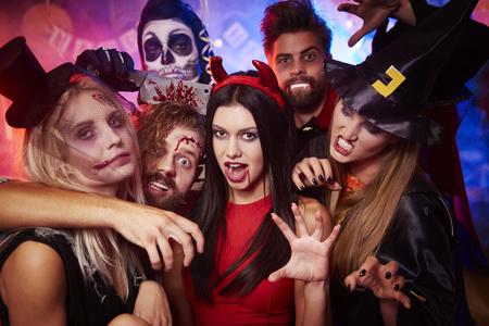 Groep griezelige vrienden op het feest Stockfoto