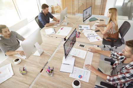 High Angle oog van de kantoormedewerkers