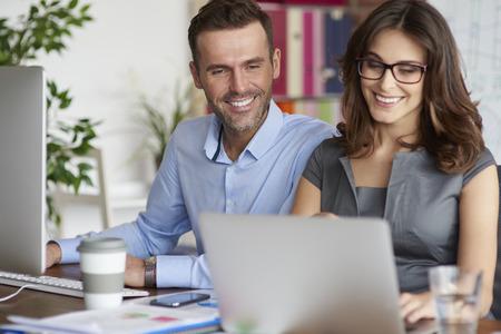 personas trabajando en oficina: Young people working in the office