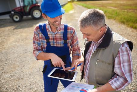 vysoký úhel pohledu: Vysoký úhel pohledu na moderní farmáře s digitální tablety
