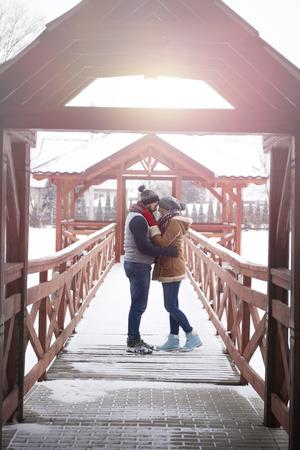 pareja abrazada: Pareja de jóvenes abrazados en el muelle de invierno Foto de archivo