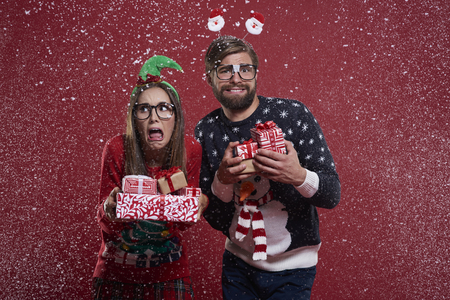unfashionable: Couple with presents standing in the snow Stock Photo