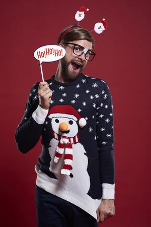 재미 있은 스웨터와 크리스마스 마스크에있는 남자