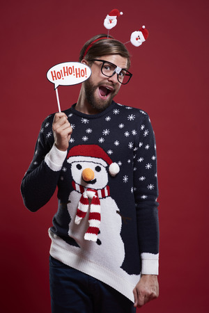 Mens in grappige sweater en Kerstmismasker Stockfoto