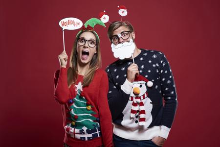 Paar met grappige kerstmis maskers Stockfoto - 63128617