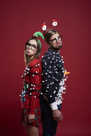 maldestro: Clumsy couple has problems with Christmas lights