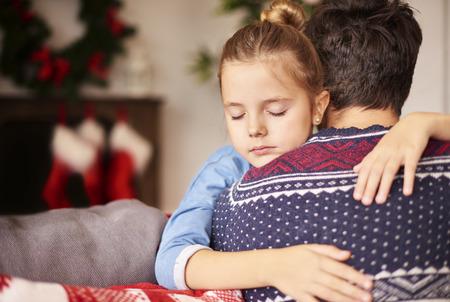 Slapend meisje op de armen van de vader