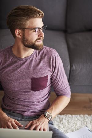 trabajando en casa: Hombre pensativo que trabaja en casa