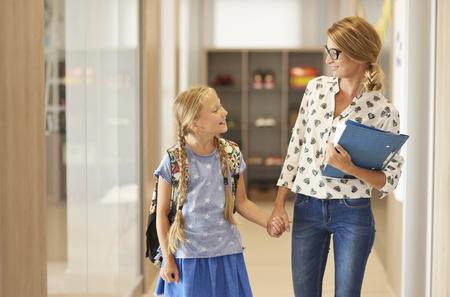 profesor alumno: Profesor y estudiante poco en el camino a clase