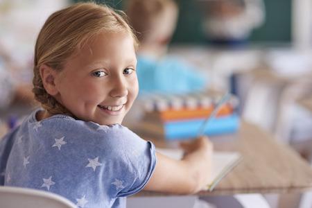 Portret van schattig klein meisje tijdens de les