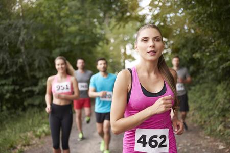 女性マラソンをリード