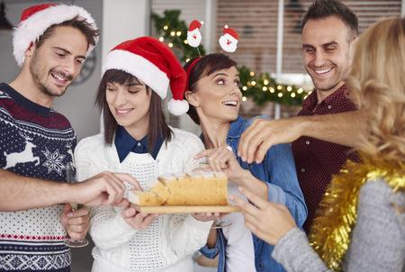 personas comiendo: Tomar y probar un pedazo de pastel de Navidad