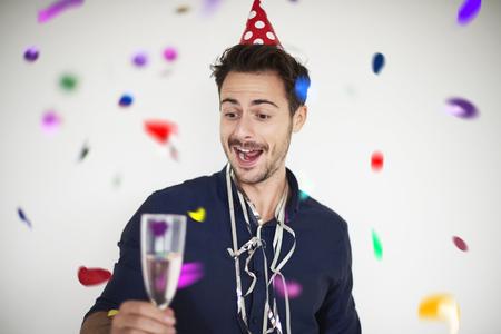 Hombre que tiene un motivo para celebrar Foto de archivo - 65197807