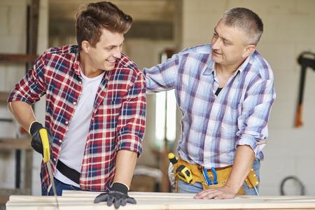 serrucho: Más joven carpintero utilizando sierra de mano en el taller