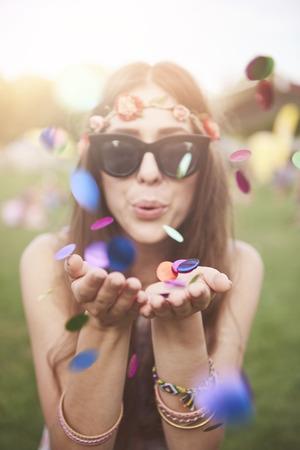 Kleurrijke confetti blazen door een meisje