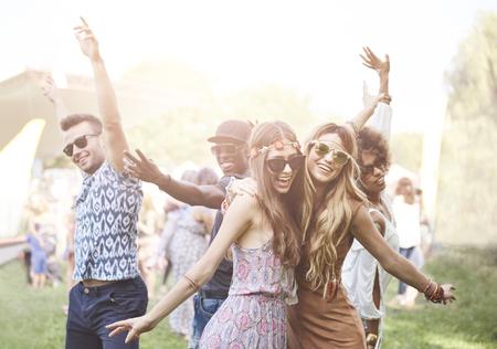 Enthousiaste menigte surfen op muziekfestival