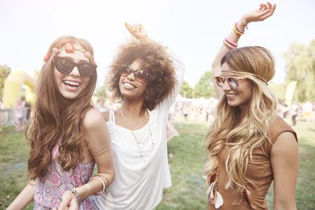 Speelse jonge meisjes op zomerfestival