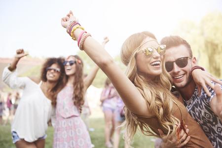 Jong en vrolijk paar in muziekfestival