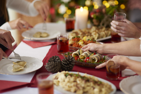 Family meeting over Christmas table Imagens - 68093216