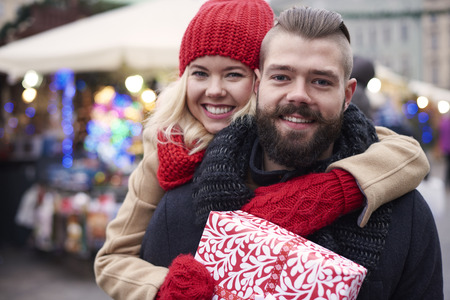behind scenes: Happy couple with big gift box