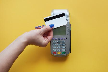 Contactloos betalen met een creditcard Stockfoto