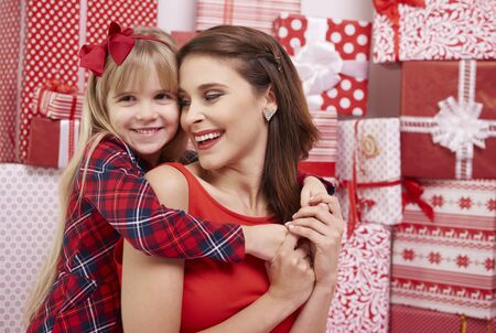 familia abrazo: Cute girl and her mommy