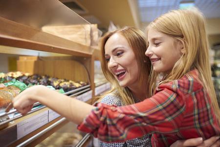Mama und Tochter, die Spaß beim Einkaufen haben