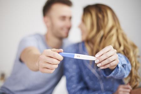 prueba de embarazo: Couple showing positive results of pregnancy test