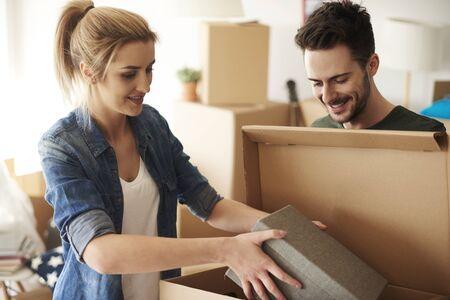 cajas de carton: Pareja organizar cosas de cajas de cartón