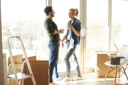 Paar dat een koffiepauze in nieuw huis