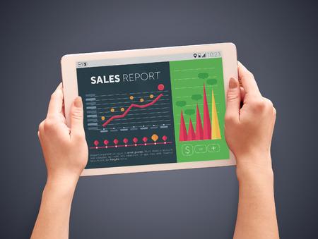 La lecture des rapports de ventes sur l'écran de la tablette numérique