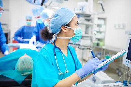 enfermera con cofia: Mujer, escritura, abajo, expedientes, forma