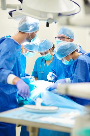 Drukke artsen over de operatietafel