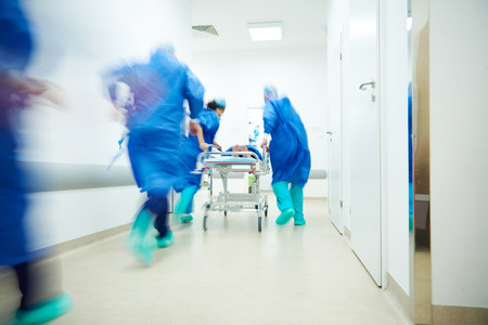 Doctors running for the surgery Reklamní fotografie - 71063833
