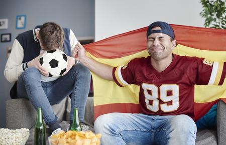 pelota de futbol: gol inesperado para el equipo rival
