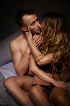 mujer desnuda sentada: Cuadro de semi desnuda pareja besándose en la cama
