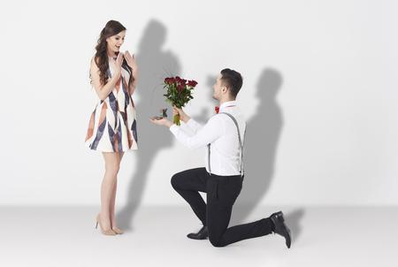 parejas enamoradas: Joven mujer con sorprendente compromiso