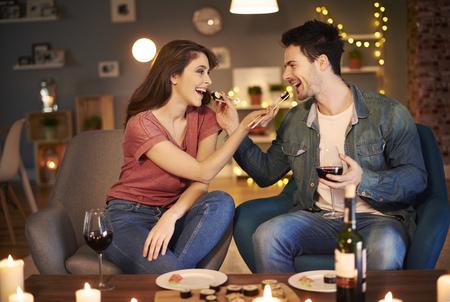 Paar elkaar voeden tijdens het avondeten Stockfoto