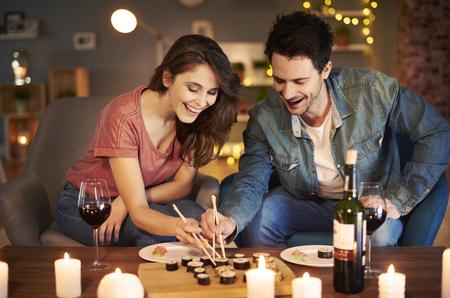 Vriend en vriendin proberen Aziatisch eten Stockfoto