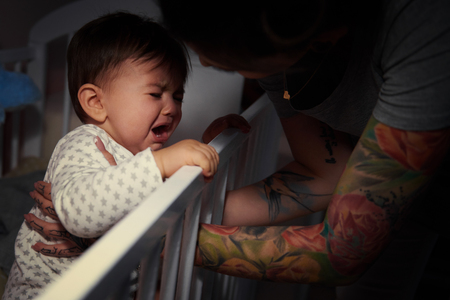 Mama lulling baby om te slapen