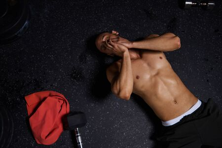 boca cerrada: High angle view of exhausted male athlete