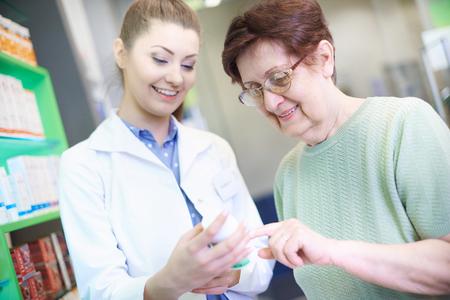 Pharmacien donnant un conseil femme senior Banque d'images - 76298519