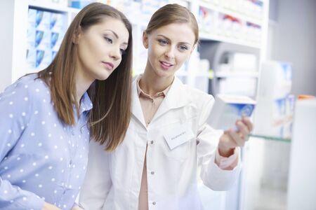 Vrouwelijke klant heeft apothekerservicen nodig