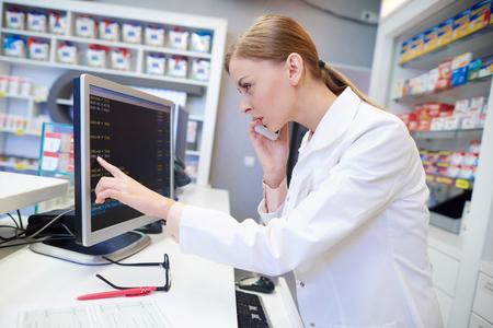 Vrouwelijke apotheker die online advies zoekt