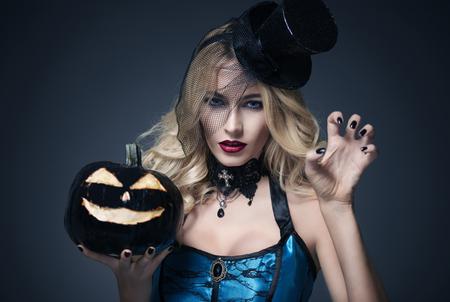 かぼちゃのベールを身に着けている女性