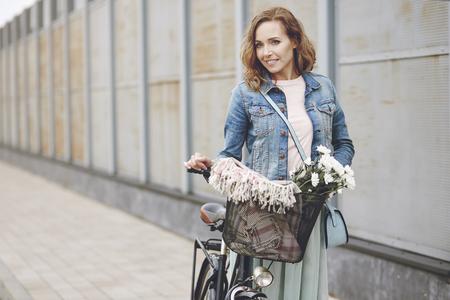 Woman wandelen in de stad Stockfoto
