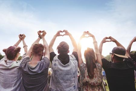 심장 모양을 보여주는 사람들의 그룹