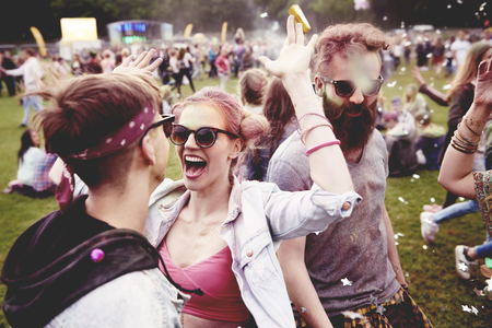 Good vibes only with friends at the festival Zdjęcie Seryjne