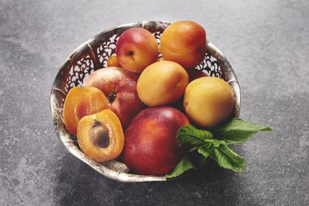 熟した桃のボウル